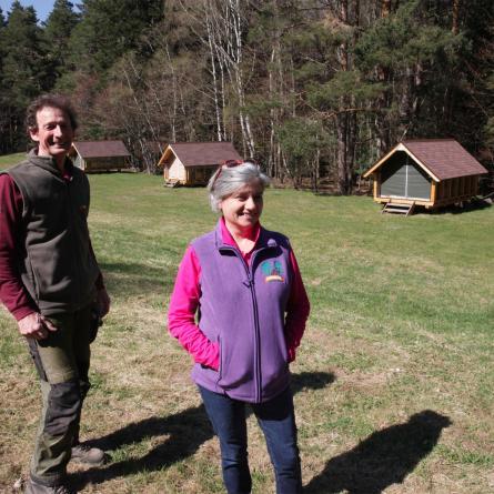 Alda et Roland devant les huttes